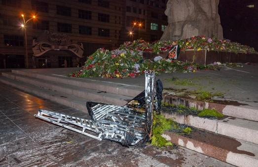 В Днепре «звезду», которую установили возле памятника Славы «советские офицеры», сожгли неизвестные