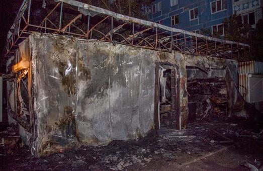В Днепре сгорел киоск «Салтовского мясокомбината»