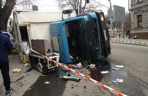 В Днепре перевернулся грузовик: Для ликвидации ДТП привлекли спасателей (ФОТО)