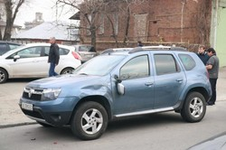 В центре Днепра грузовик зацепил пять припаркованных авто (ФОТО)