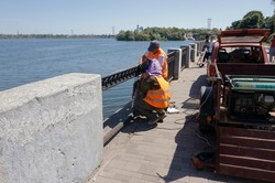 В Днепре ремонтируют чугунную ограду на Сичеславской Набережной (ФОТО)