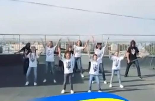 «Вже нам, браття українці, усміхнулась доля»: мотивирующая рок-версия гимна Украина в исполнении детей (ВИДЕО)