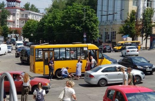 В центре Днепра на пешеходном переходе маршрутка сбила женщину (ВИДЕО)