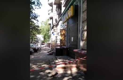 В центре Днепра обрушился фасад здания: пострадала женщина (ВИДЕО)