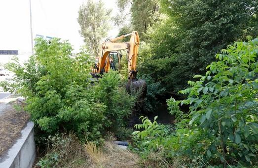 В Днепре расчищают дренажно - паводковую канаву в лесопарке Дружбы