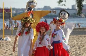Купальские венки, хороводы, прыжки через костер: Днепр отпраздновал праздник Ивана Купала (ФОТО)