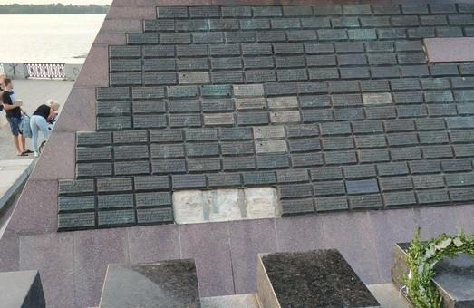 В Днепре от рук вандалов пострадал памятник погибшим воинам-афганцам (ФОТО)