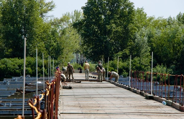 В Днепре для гостей музыкальных фестивалей возвели понтонный мост на Монастырском острове (ФОТО)