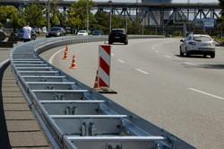 В Днепре устанавливают колесоотбойный брус европейского образца (ФОТО)