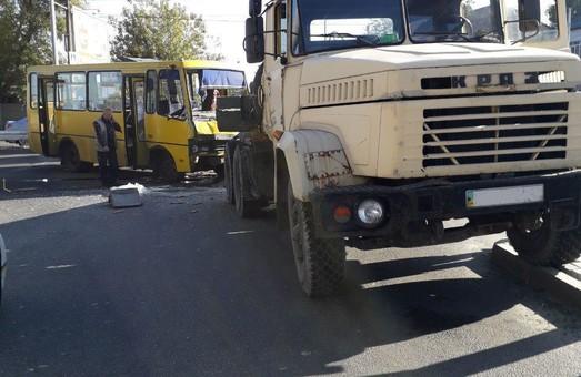 В Днепре грузовик врезался в маршрутку с пассажирами: пострадали более десяти человек (ФОТО)