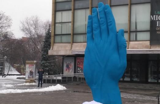 Из центра Днепра увезли синюю руку