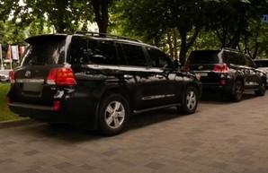 Депутат горсовета регулярно паркуется в пешеходной зоне на Набережной (ВИДЕО)